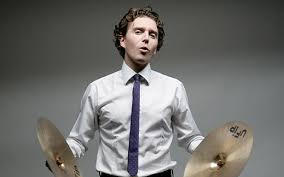 alex-vizorek-est-une-oeuvre-dart-cymbales